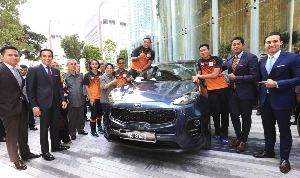 Paralympic medalists receive cash, cars from Naza
