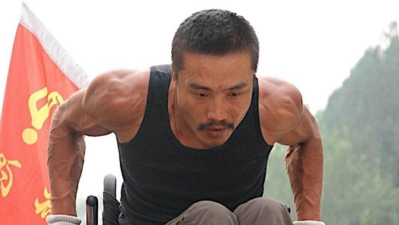 Lelaki berkerusi roda mengelilingi China
