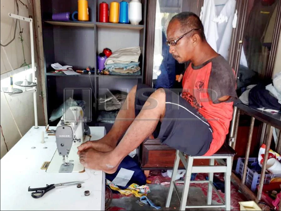 3-fingered tailor sews baju Melayu with his feet