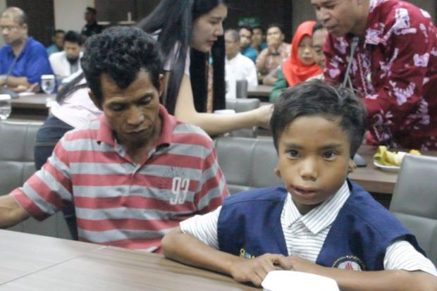 Deaf and mute Indonesian boy who aided Malaysians in Lombok quake hailed as a hero